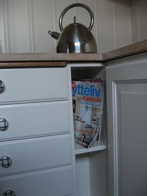 Bokhylle og detaljer fra kjøkken. Foto 13