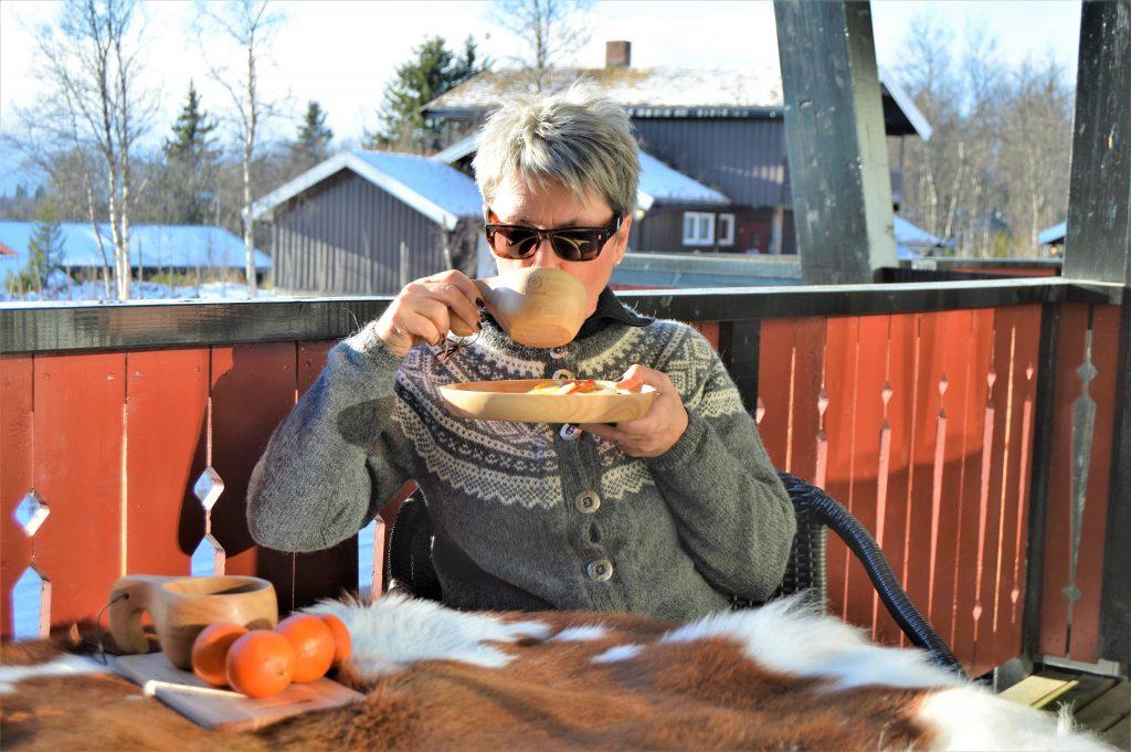 Å komme påsketuristene i forkjøpet på Beitostølen - bilde av meg med kakaokoppen på verandaen