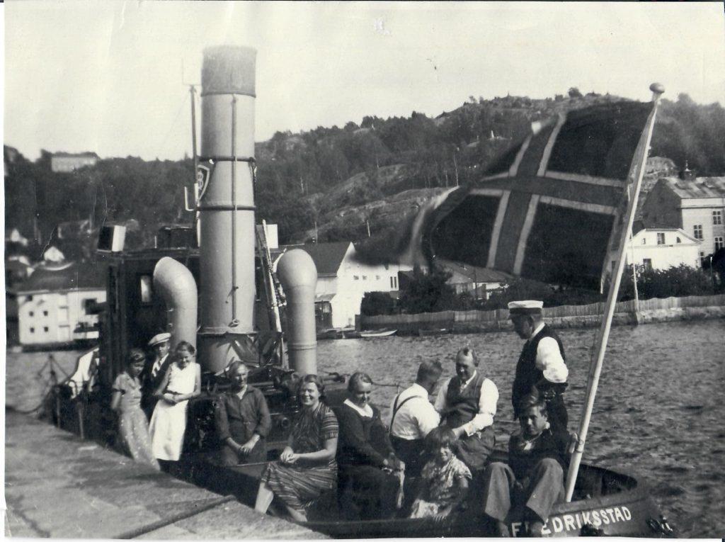Familien på tur i slepebåten til Hauge Bruk