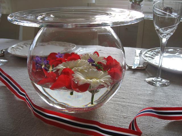 Foto 2: Borddekking, blomster til 17.mai