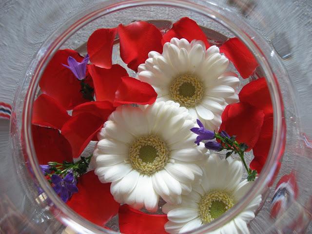 Foto 3: Nærbilde av blomster i vase til borddekking 17.mai