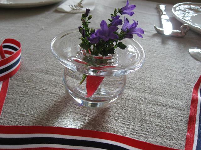 Foto 4: Små vaser med blomster til borddekking 17. mai