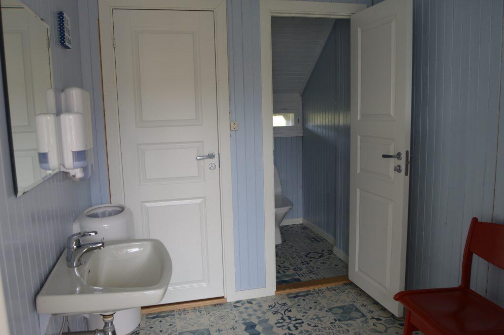 Lykken var å ha en farmor som kokke på Solhaug feriekoloni - Toalettet på Solhaug feriekoloni