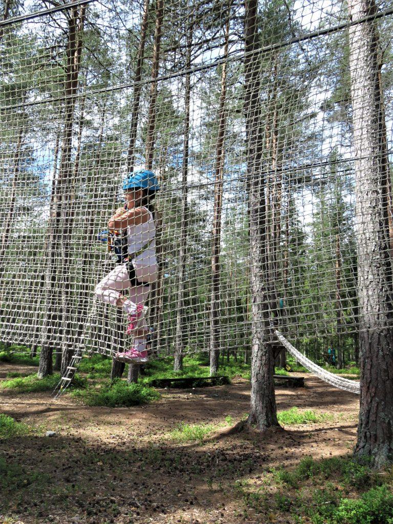 Klatreparken i Bø - snakk om en frydefull opplevelse - Går gjennom et sikkerhetsnett