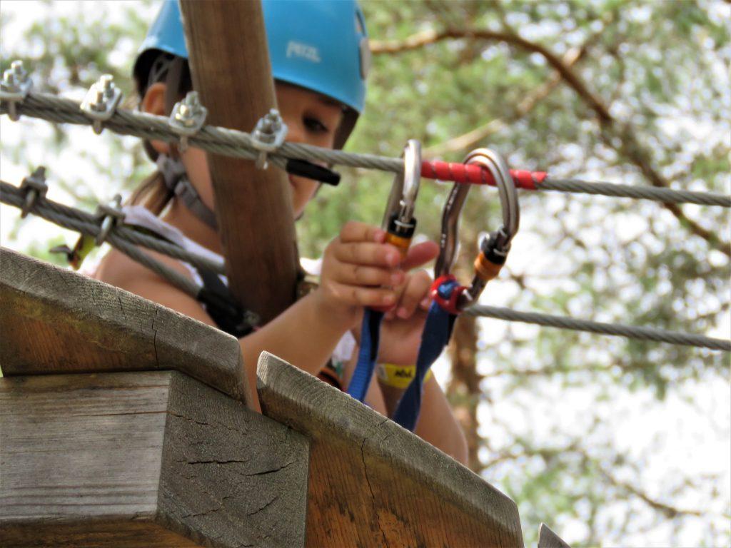 Klatreparken i Bø - snakk om en frydefull opplevelse - Forsikrer seg om at klatretauet er festet