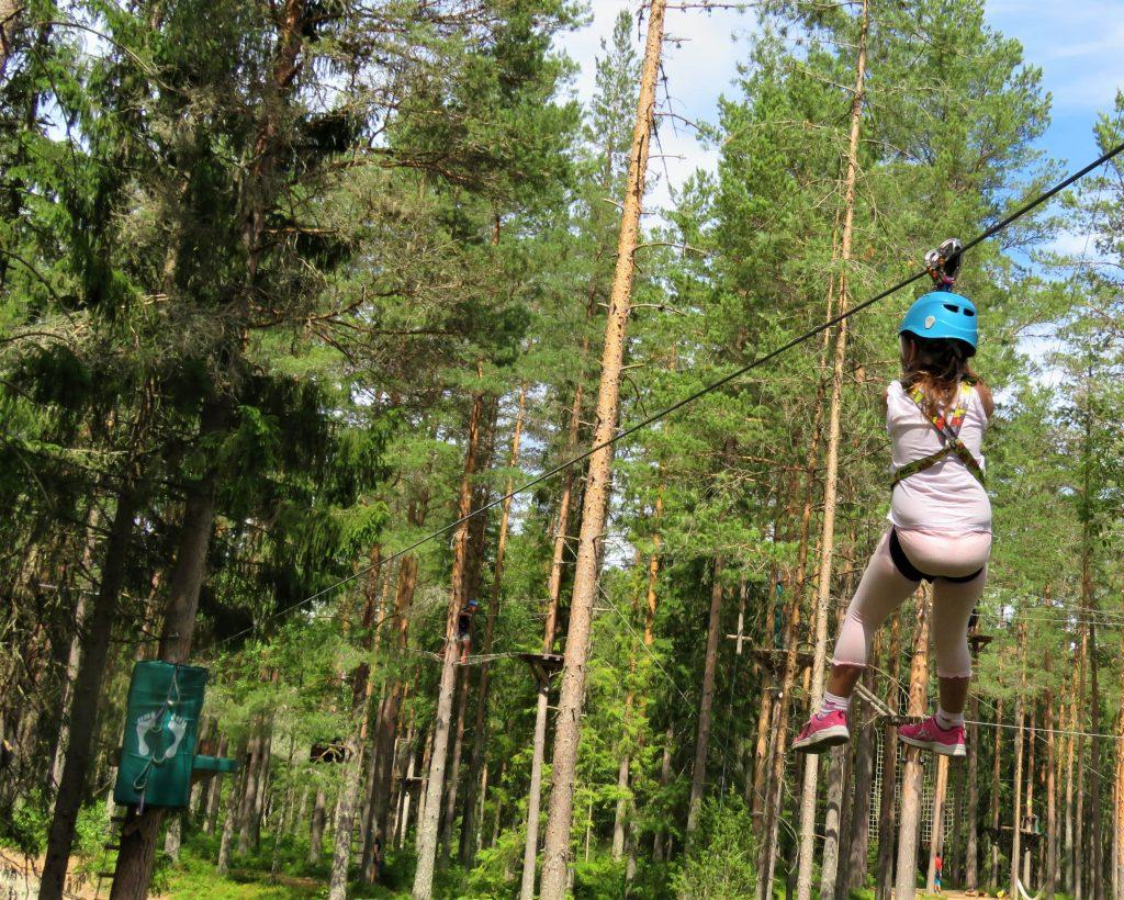 Klatreparken i Bø - snakk om en frydefull opplevelse - Full fart hengende mellom to punkter