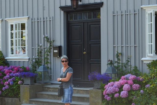 Bloggeren foran et vakkert hus i Drøbak