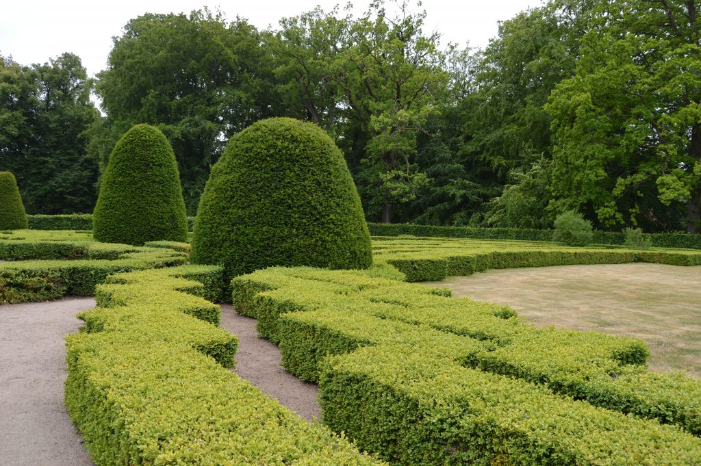 Står slottsbryllup på ønskelisten, hva med Kronovall slott? Fra den flotte hagen beplantent med buksbom