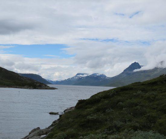 Fjelltopper sett på turen mellom Torfinnsbu og Bygdin