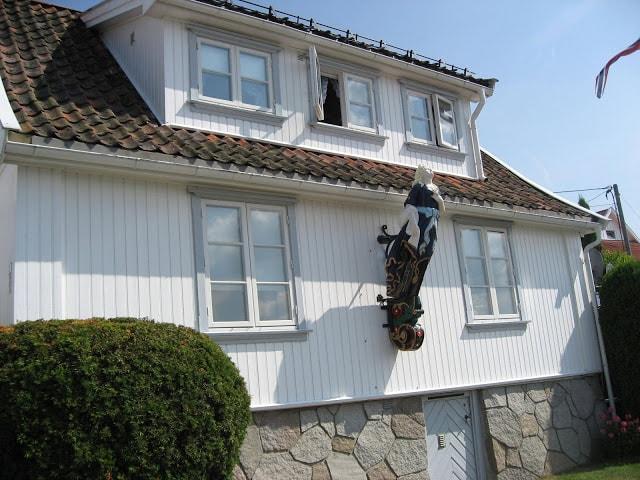 Gallionsfigur på et hus i båthavna i Drøbak