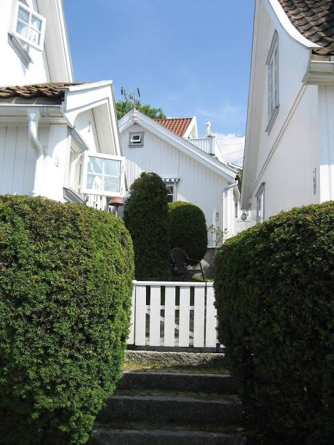 Herlige smug i den gamle bebyggelsen i Drøbak
