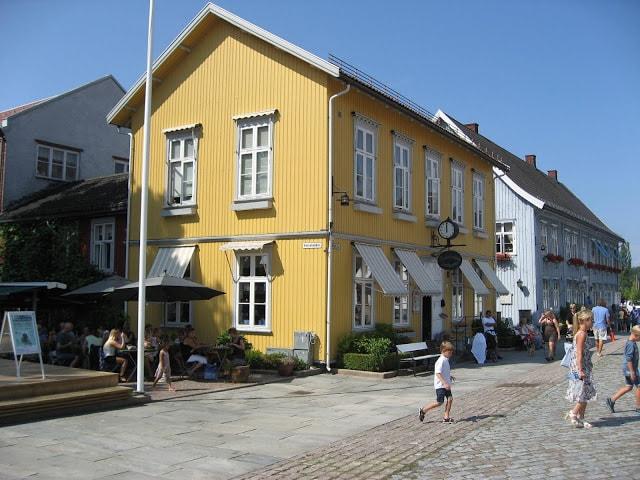 Vakkert bygg rundt torget i Drøbak