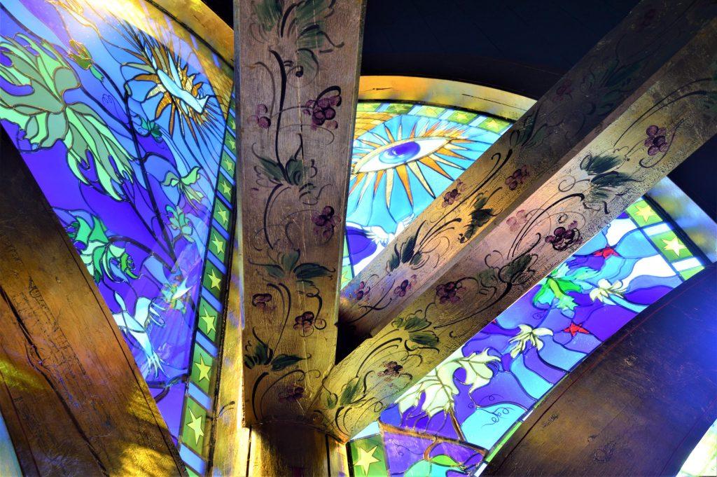 Foto 2: Glassmalerier og bjelker i Lyskapellet, Beitostølen