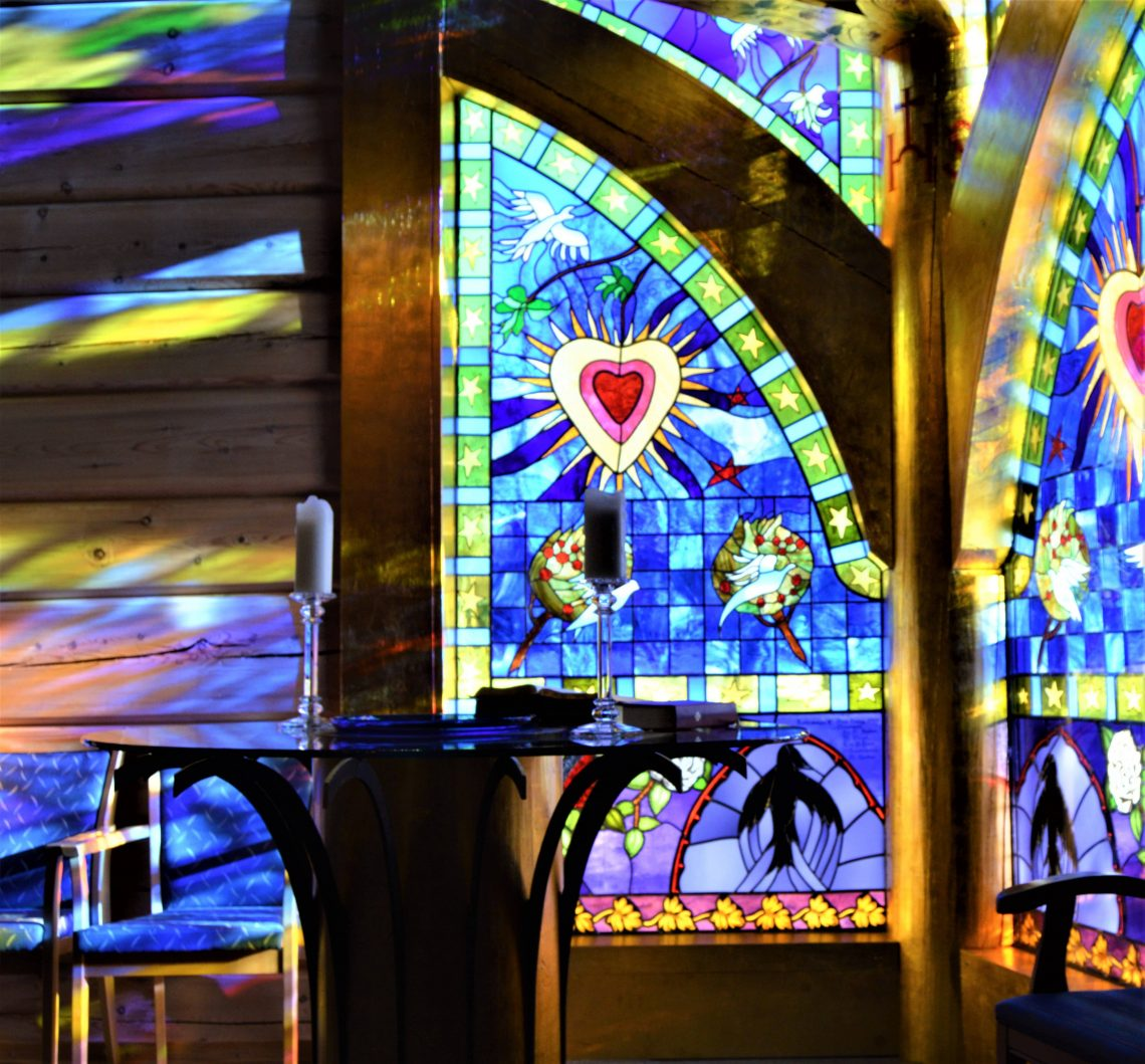 Fotot 5. Glassmalerier i Lyskapellet, Beitostølen