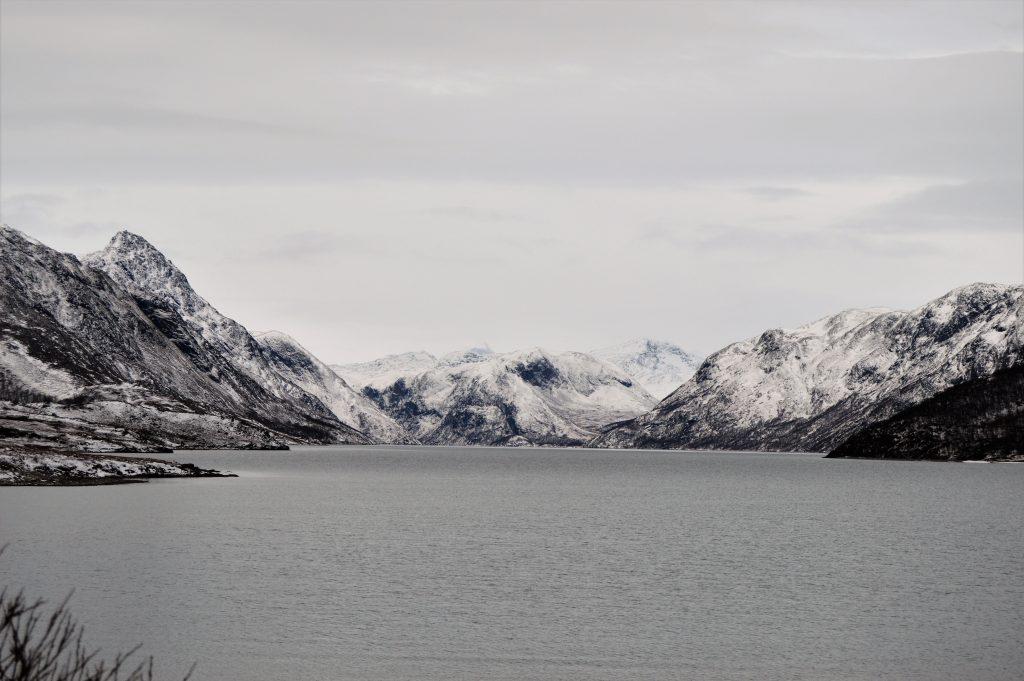 Reisen innover Valdresflya vekker barndomsminner - Knutshøe, Bessehøe og Beseggen til høyre