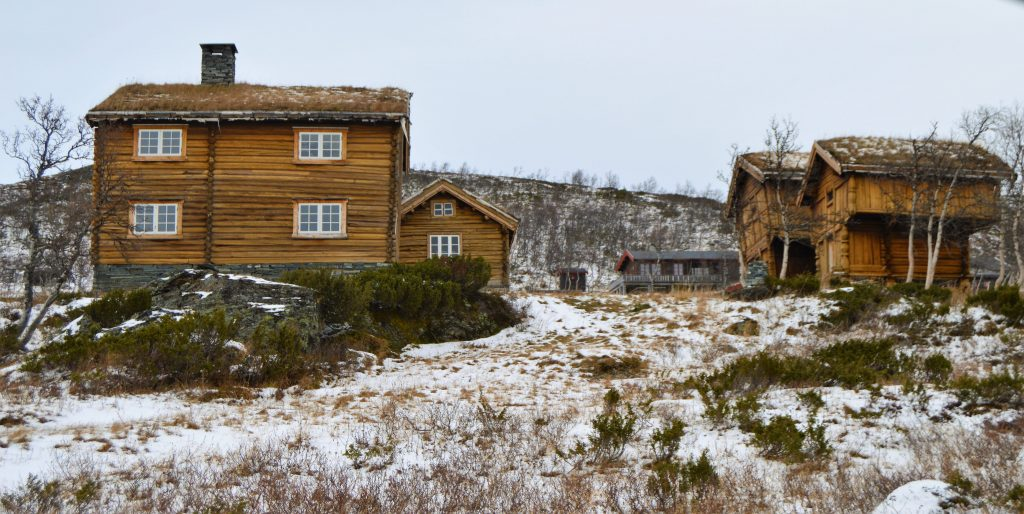 Reisen innover Valdresflya vekker barndomsminner - på vei mot Garli og Beitostølen dukker denne vakre gården opp