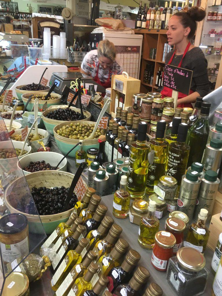 Jeg er på matmarked i Sainte Maxime  - kan du kjenne duften? Delikatessebutikk