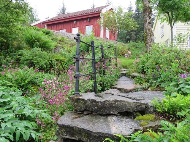 På rundtur i de flotte hagene på Svinør