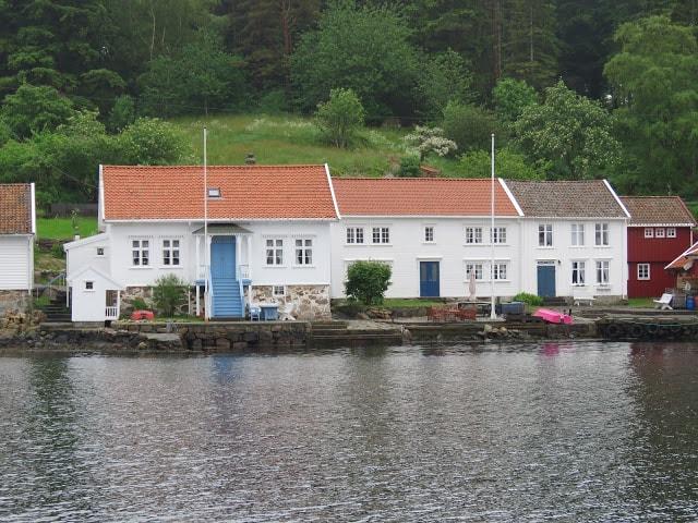 En husrekke på Svinør, sett fra en båt.