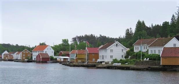 En husrekke på Svinør, sett fra moloen i Åvik.