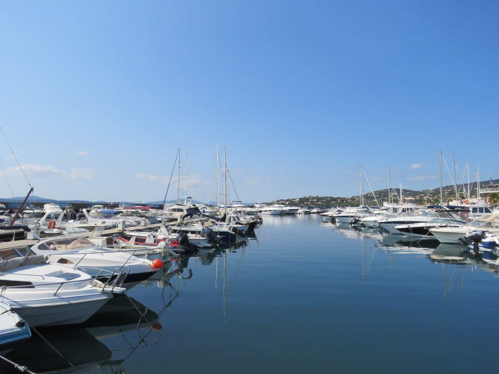 Å nyte strandliv i Sainte Maxime - Båthavna