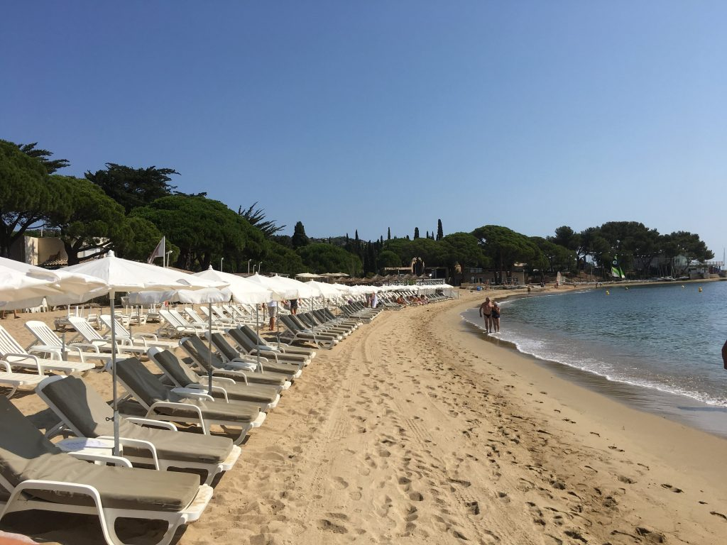 Solsenger på ei strand