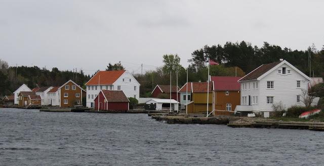 Gina Maries kjærlighetshave på Svinør - Svinør sett fra fastlandet Åvik