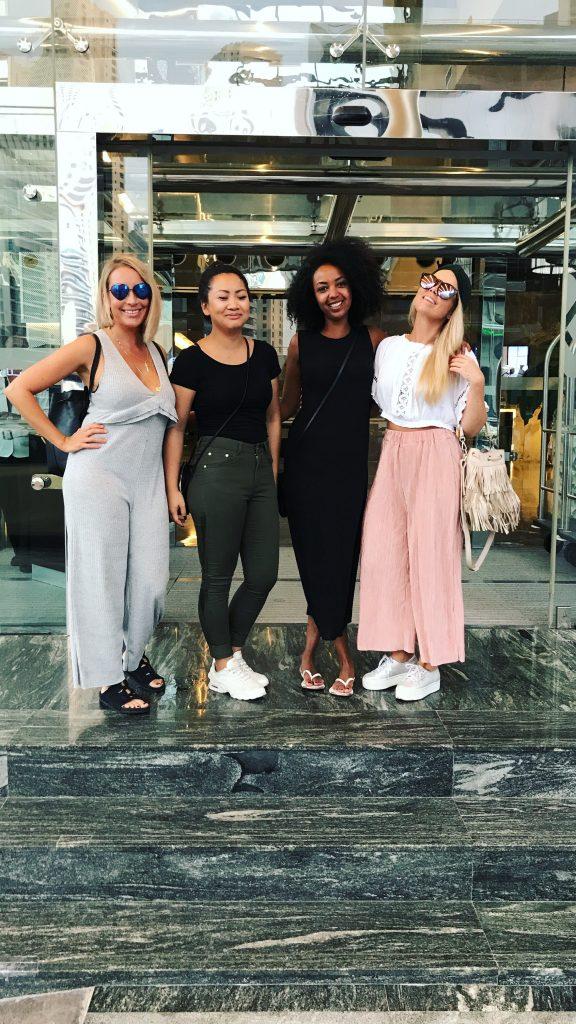 Jentene som er på reise til Dubai