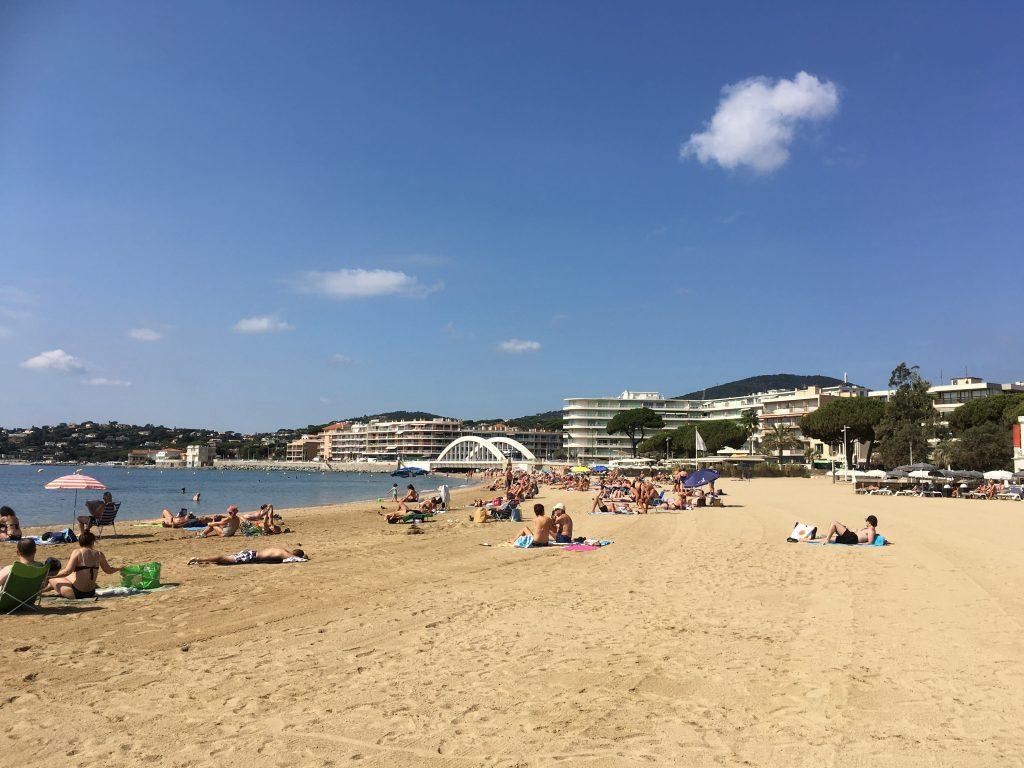 Å nyte strandliv i Sainte Maxime langs den franske riviera - Strandoversikt