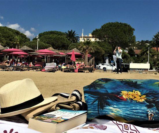 Å nyte strandliv i Sainte Maxime - Stilleben - strandkos