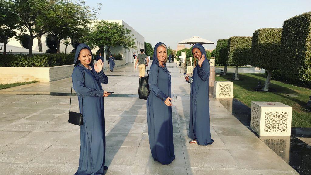 jentene kledd i passende Moskéantrekk