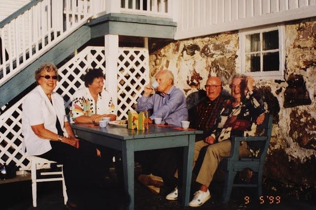 Tre av Gina Maries barnebarn på Svinøt i 1999