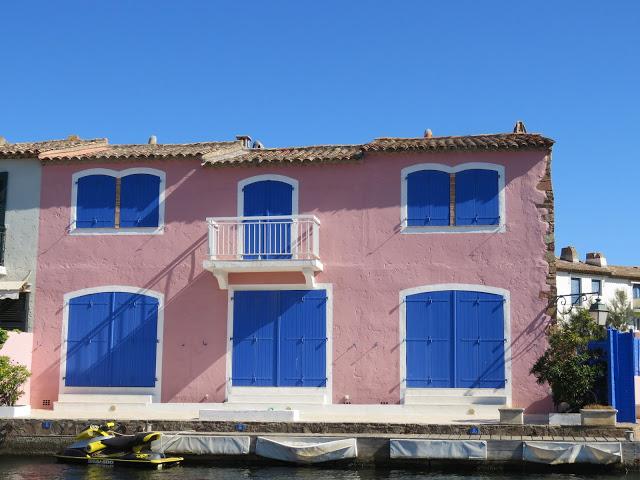 Pastellfarget hus i Port Grimaud
