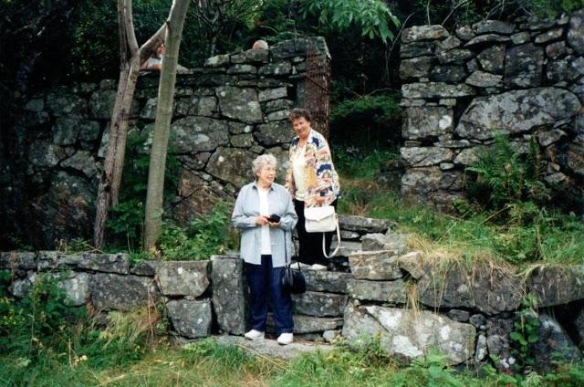 Gina Marie kjærlighetshave på Svinør - to av barnebarna hennes