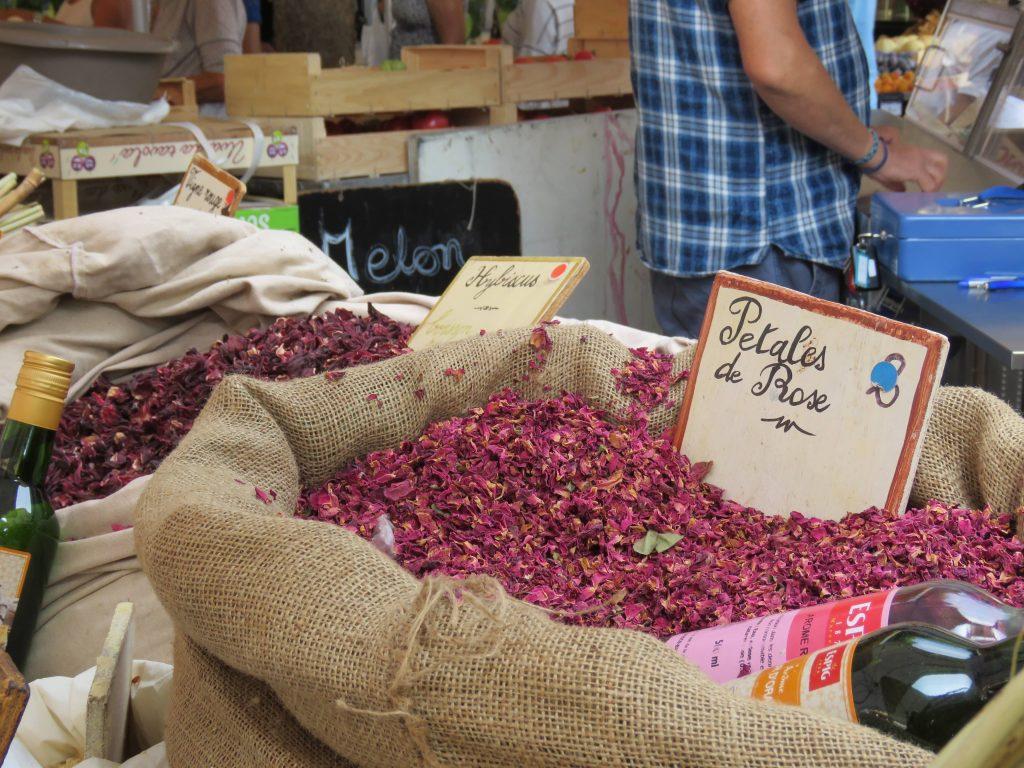 Jeg er på matmarked i Sainte Maxime  - kan du kjenne duften? Tørkede roseblader