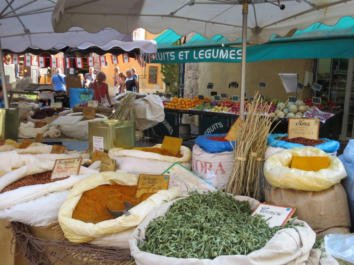 Jeg er på matmarked i Sainte Maxime - kan du kjenne duften? Krydder og urter på matmarked