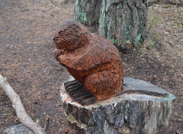Utskårne dyr langs naturstier i Fredrikstdmarka