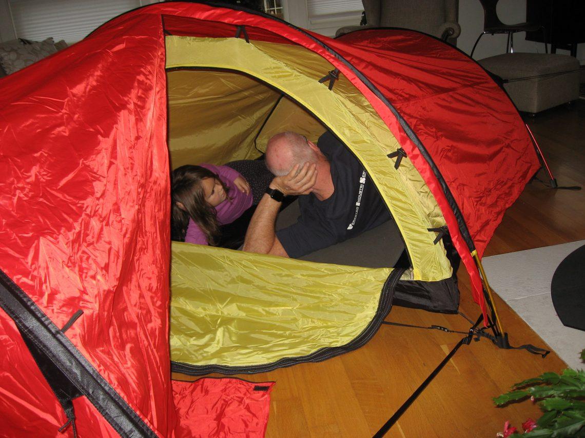 På telttur i stua, selvfølgelig. Det må prøves ut av både små og store. Urbantoglandlig