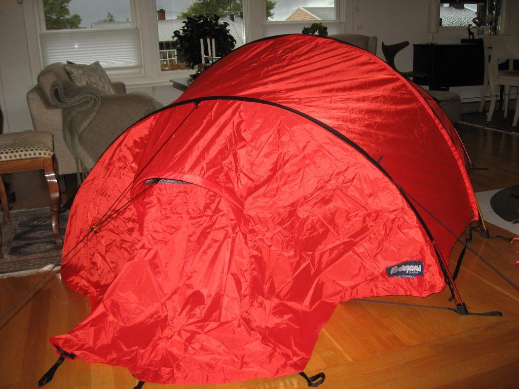 På telttur i stua, selvfølgelig. Det tar faktisk litt plass. Urbantoglandlig