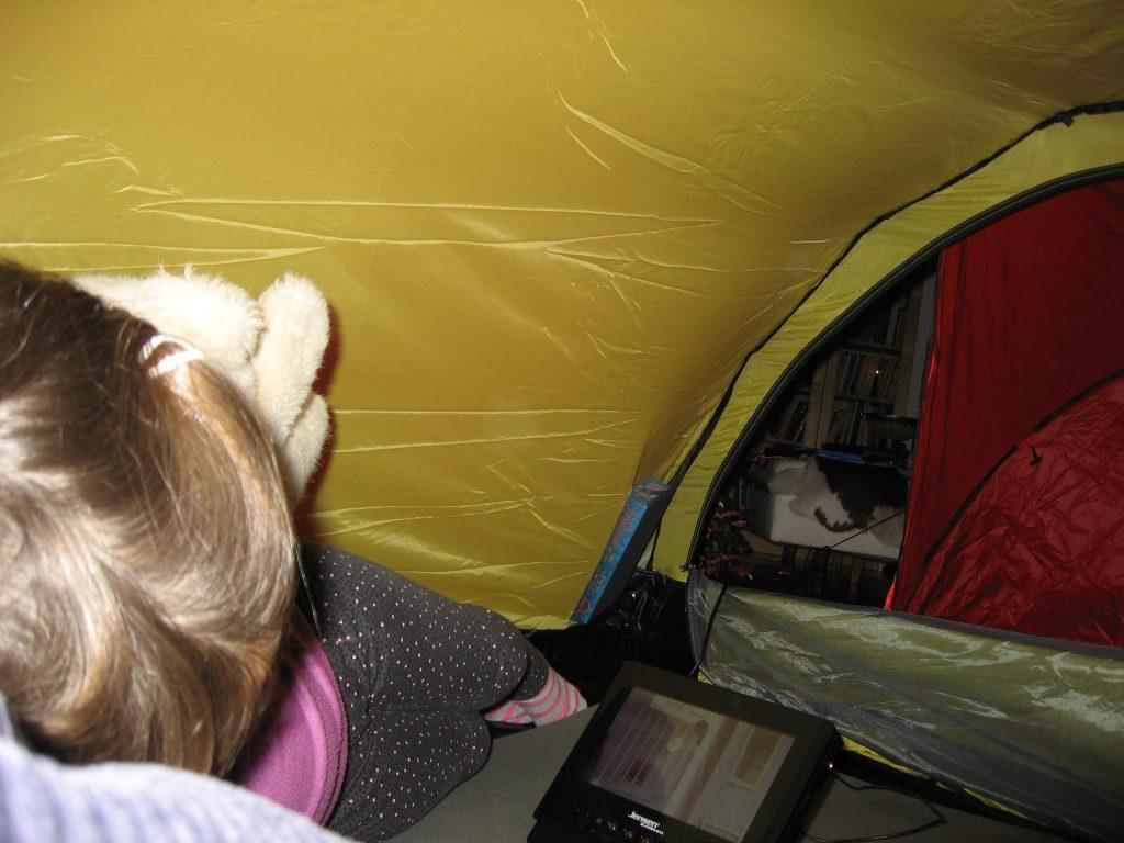 På telttur i stua, selvfølgelig. For barn er det spennende å se film i oppslått telt i stua. Urbantoglandlig