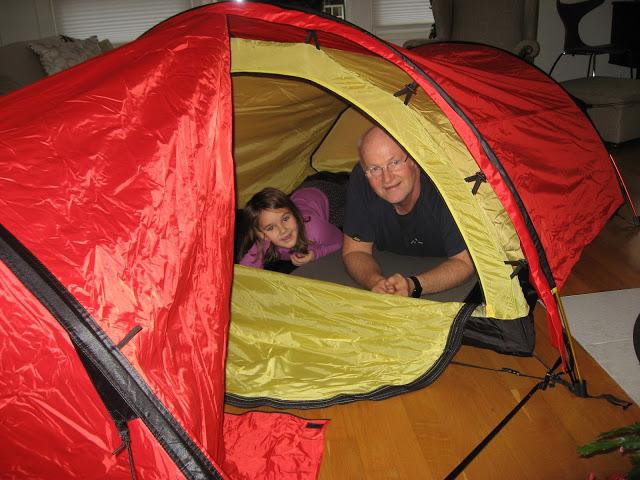 Campingentusiastene prøveligger teltet