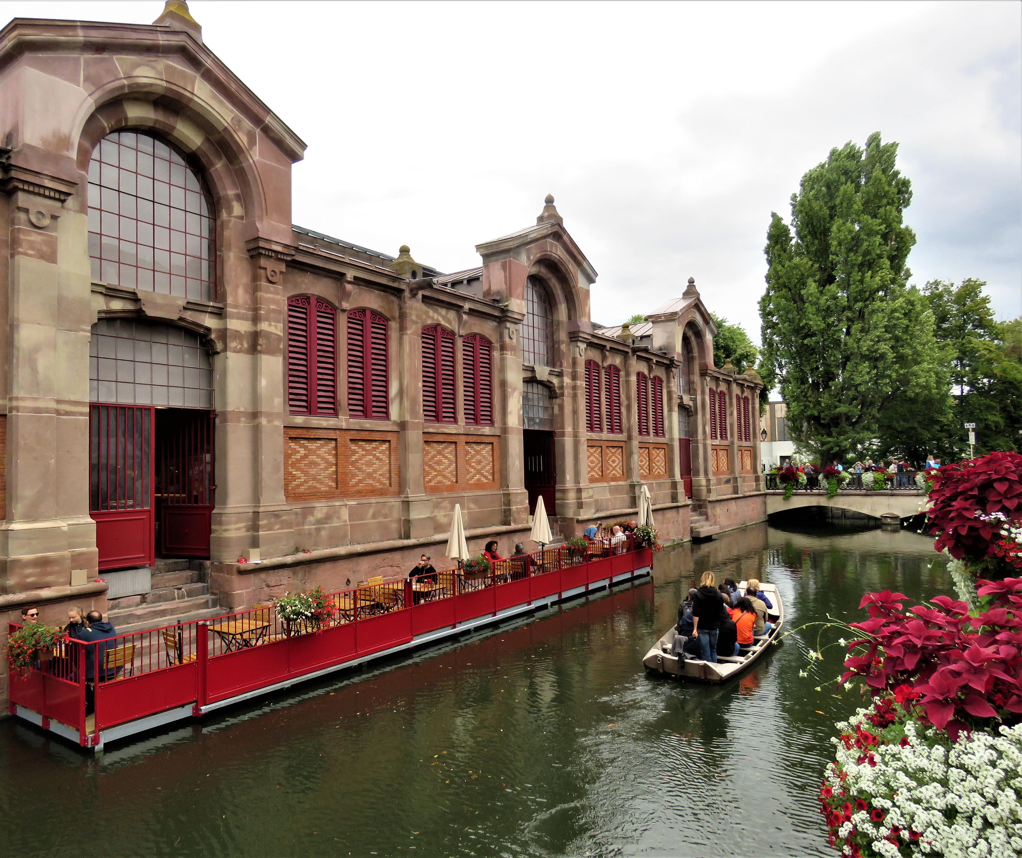På kanalene går det småbåter hele tiden