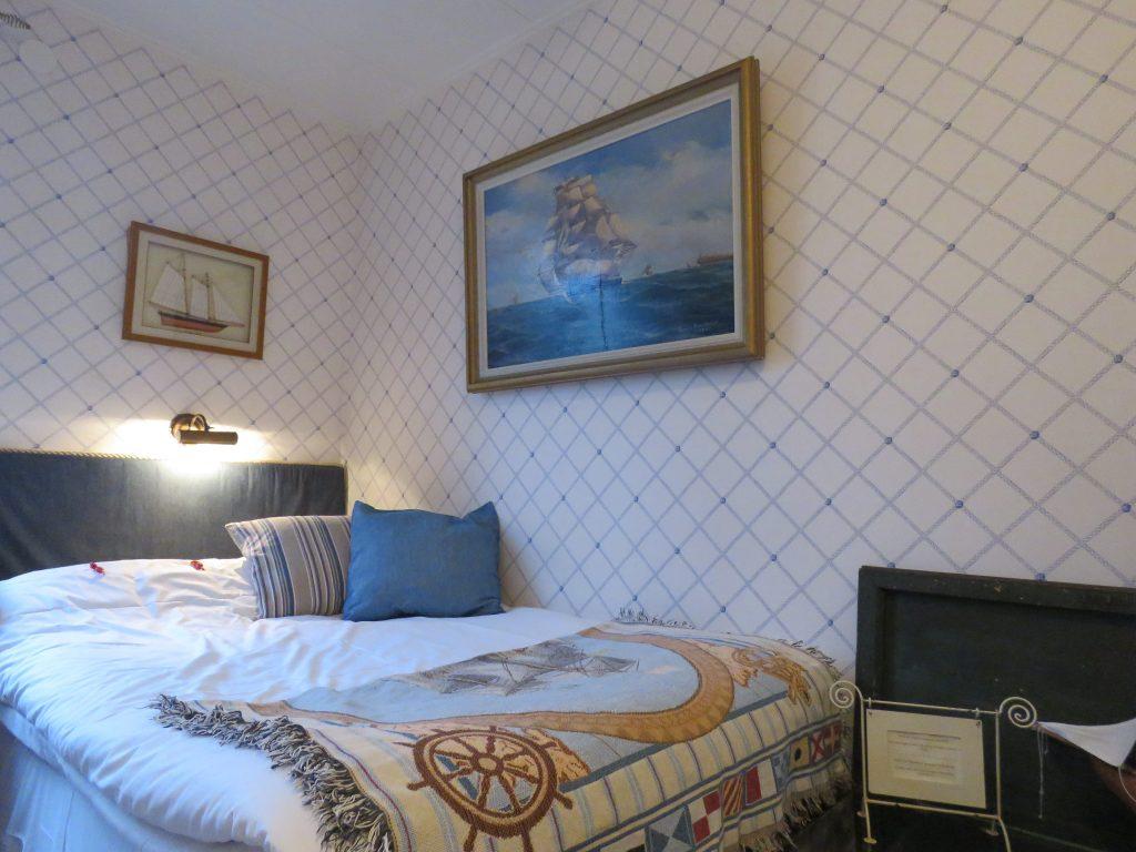 Hotellrommene på Strandflickorna er delikat oppusset i gammel stil.