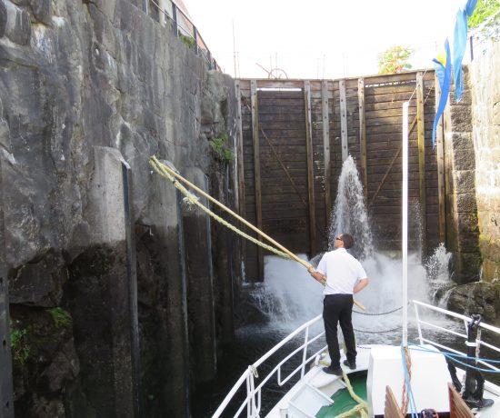 En sluse åpnes i Telemarkskanalen