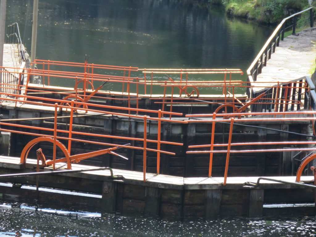 Nærbilde av en sluseport bak båten.