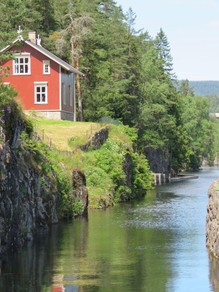 Bolig og natur gjennom Telemarkskanalen.