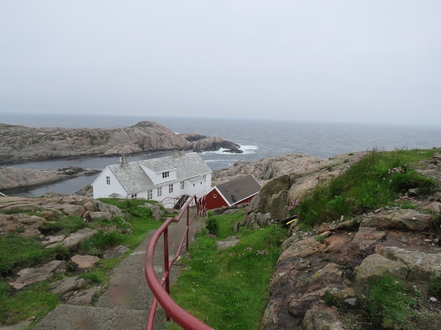 Utsikt fra Lindesnes Fyr mot sjøen og fyrvokterboligen.