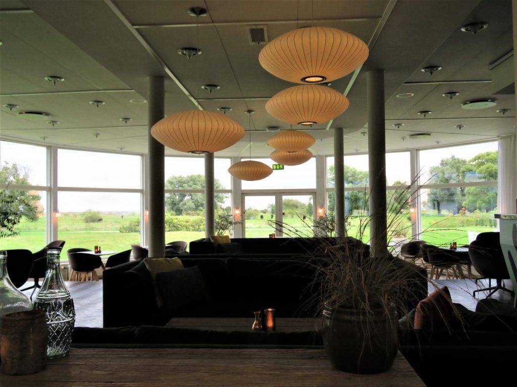 Taklamper og sittegruppe i foasjeen på Comwell Køge Strand Hotell