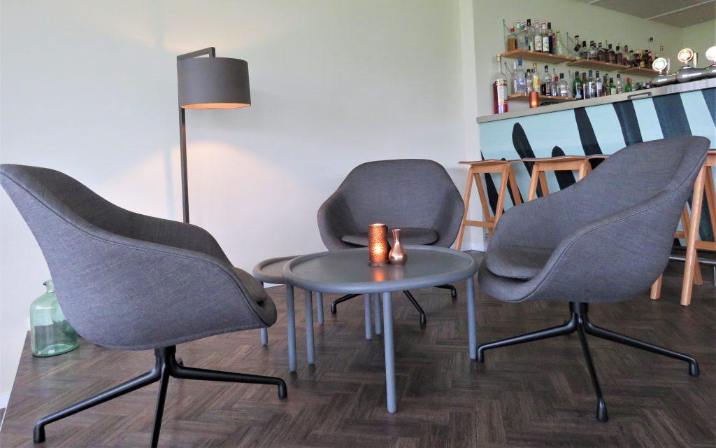 Stilig sittegruppe i baren på Comwell Køge Strand Hotell
