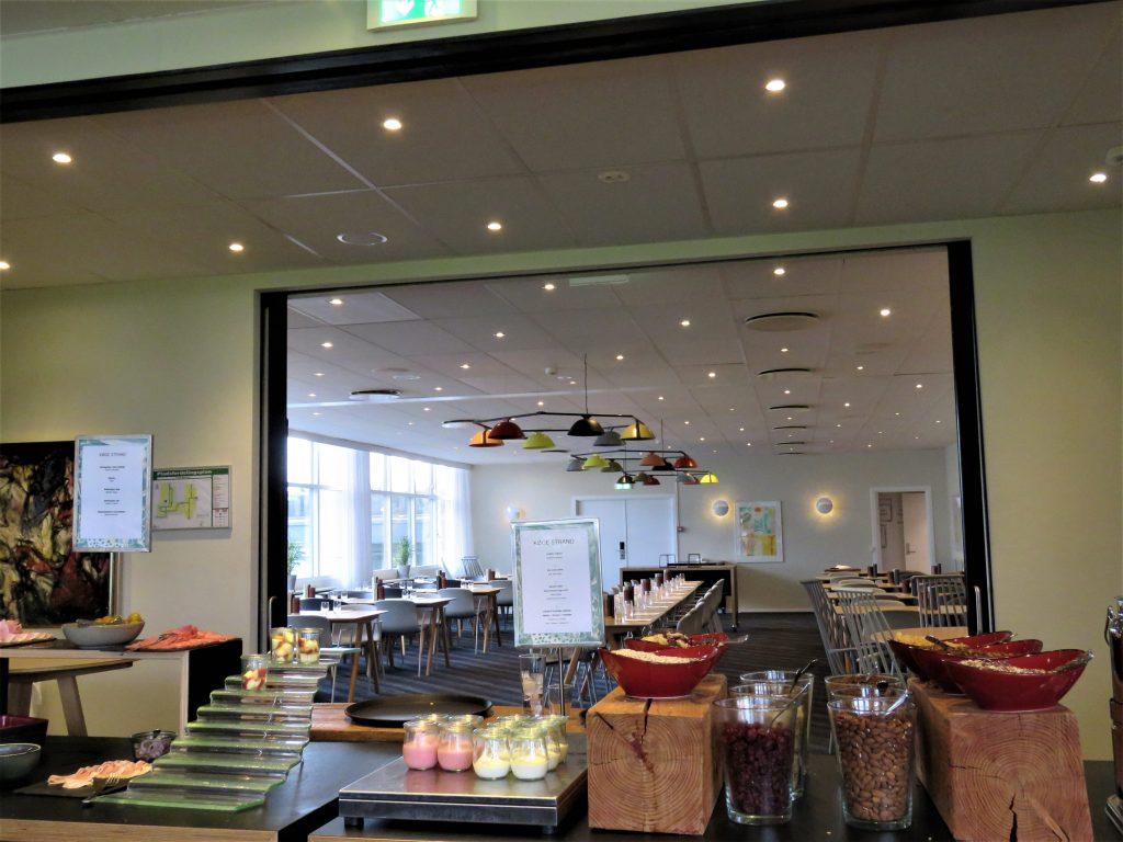 Oversikt fra frkostsalen til matsalen på Comwell Køge Strand Hotell